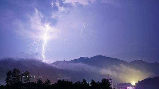 强对流天气再袭贵州从江 闪电划破夜空亮如白昼
