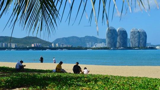 海南持续高温 三亚海边游客较少