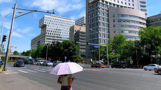 北京今年气温首次达到30℃ 街头暴晒