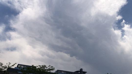 风起云涌 北京上空积云层叠大部将有阵雨或雷阵雨