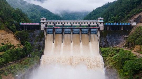 浙江庆元降雨水位上涨 兰溪桥水库开闸调节泄洪