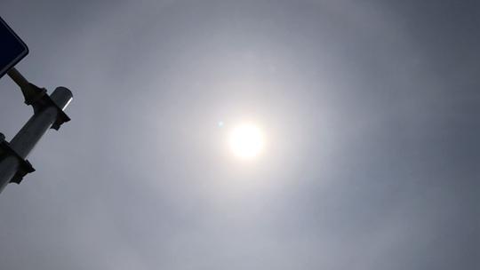 """当""""520""""遇上日晕 北京上空太阳仿佛自带光环"""