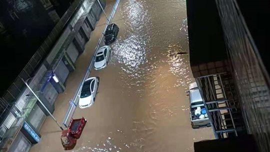 广东连州遭遇强降雨 多地出现水浸街