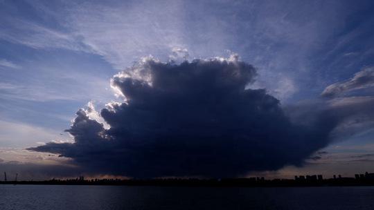 ?巨大积状云笼罩哈尔滨上空 场面震撼