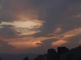 大自然的调色板!北京日落时分现绝美橙粉晚霞 彩虹隐约可见