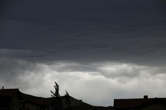 乌云压顶!北京西部北部地区现乌云 或有雷阵雨