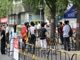 2021年高考开启 直击北京人大附中考点送考现场