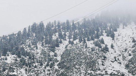 西藏昌都类乌齐出现降雪 海拔较高处积雪明显