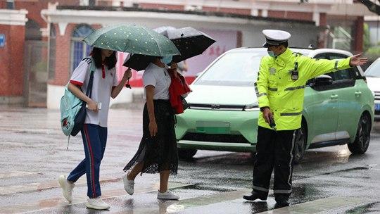 風里雨里艷陽里 盤點那些暖心高考護航人