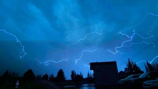 甘肃皋兰遭遇强对流天气 闪电照亮夜空