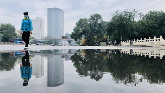 翻转的城市!北京雨后现城市倒影空间感十足