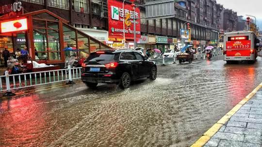 湖南鳳凰部分地區遭遇暴雨 低洼路段積水河水上漲