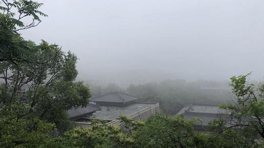 雾气弥漫!端午节大雾笼罩北京八达岭