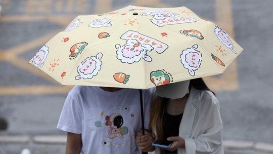 """五花八门 北京雨水洒落街头上演""""雨伞秀"""""""