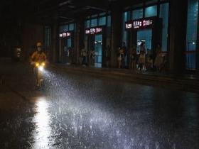 广州遭遇雷雨天气 闪电划破夜空雨哗哗