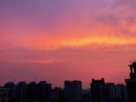 一见倾心!粉紫色朝霞铺满北京天空