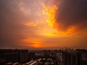 超壮观!河北廊坊红日跃出地平线 金粉色朝霞铺满天空