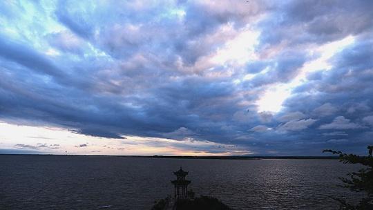 黑龙江上空现蓝紫色晚霞 蔚为壮观