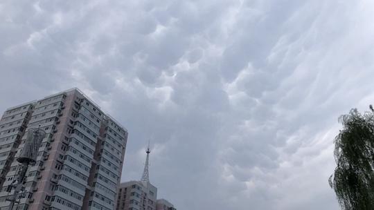 抬头看!北京天空现震撼乳状云