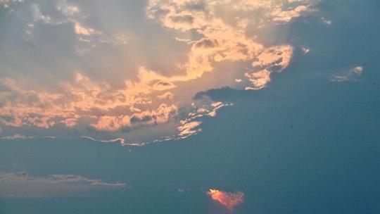 北京落日照晚云 形如神龙