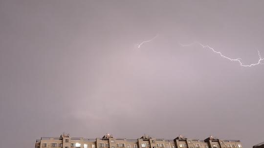 北京三预警齐发 电闪雷鸣局部降冰雹
