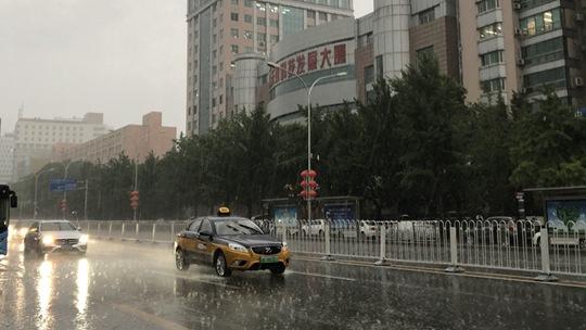 北京暴雨雷电大风冰雹四预警齐发 乌云密布雨水倾盆而下