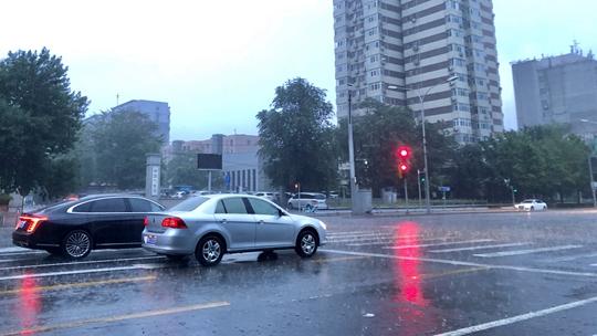 北京降雨致路面湿滑 早高峰注意安全