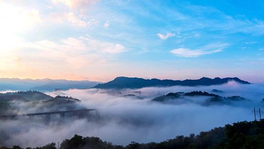 贵州息烽雾气弥漫 大桥如在云端