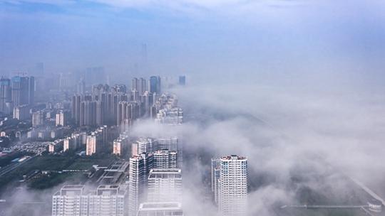 航拍武汉云雾缭绕 城市若隐若现