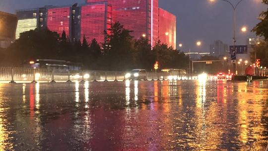 """北京强降雨""""前奏""""声势惊人 海淀等局地遭遇疾风骤雨"""