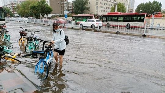 天津暴雨来袭 部分路段积水影响出行