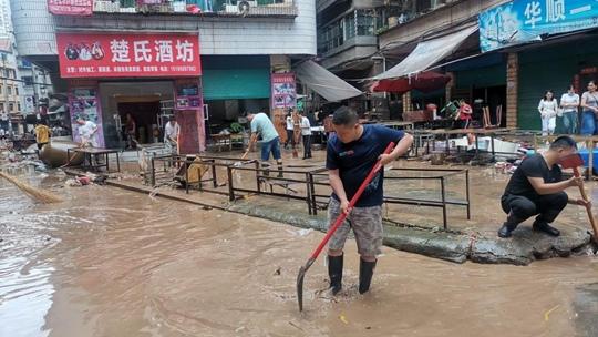 四川达州暴雨过后 各地展开清淤工作