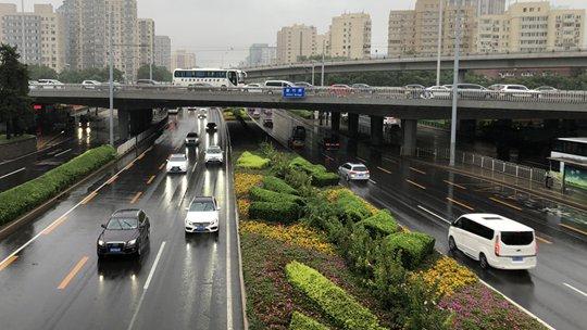 北京城区雨量已达大暴雨量级 海淀等地雨水影响晚高峰