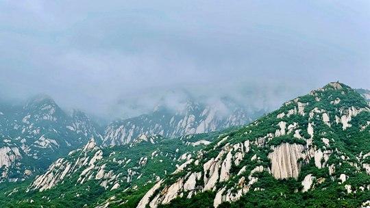 北京雨后远眺 云雾绕青山景色如画