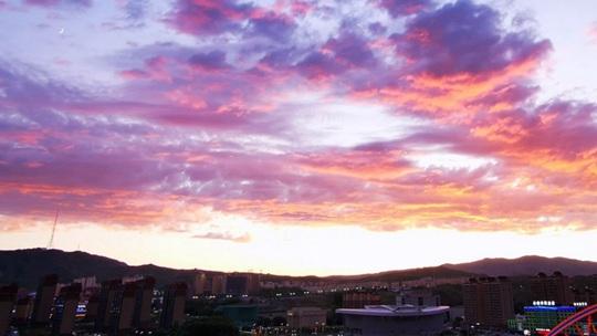 惊艳!新疆阿勒泰出现粉紫色晚霞 美不胜收