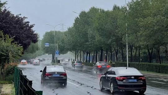 北京早高峰再遇降雨 路面湿滑市民打伞出行