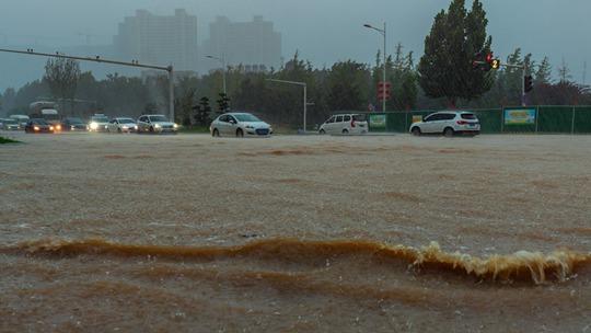 郑州遭遇罕见强降雨 防汛应急响应提升至I级