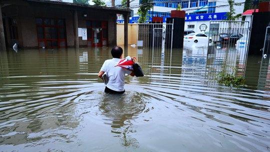 暴雨中的坚守 一组图看河南气象人在行动