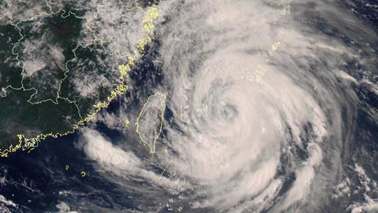 """卫星之眼看台风:台风""""烟花""""结构完整 水汽充沛"""