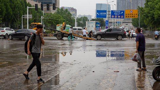 河南郑州降雨减弱停止 积水正在退去