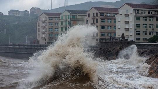 """渔船回港设备检查 多地严阵以待防御台风""""烟花"""""""