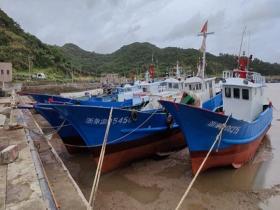"""台风""""烟花""""逼近 浙江涂茨镇风浪渐起渔船停航避风"""