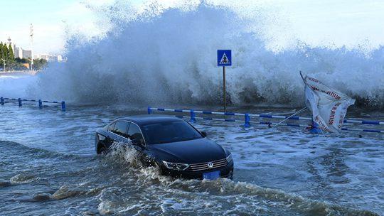 """台风""""烟花""""逐渐影响山东青岛 沿海掀起大浪"""