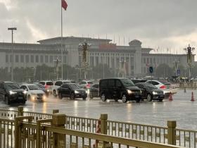 """北京多地晚高峰遇""""急雨"""" 天安门广场雨势较强"""