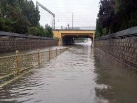 """""""烟花""""携强风雨影响山东 部分路段出现积水"""
