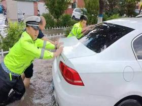 内蒙古霍林郭勒大雨突袭路口积水 交警全力疏导交通