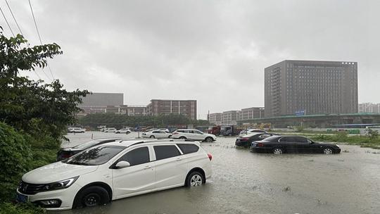 """台风""""卢碧""""强势来袭 福建福清道路积水严重"""