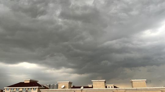 北京雷电大风冰雹暴雨四预警齐发 海淀上空乌云翻滚
