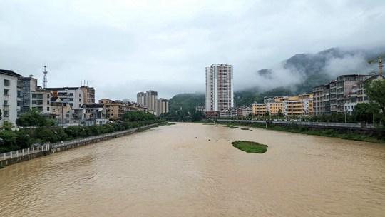 贵州石阡遭遇强降雨 城区河流水位上涨