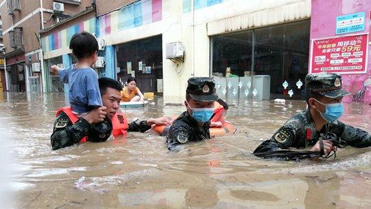 湖北強降雨內澇嚴重 武警官兵緊急救援